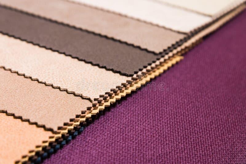 Muestras coloridas y brillantes de la tela de tapicer?a de los muebles y de la ropa Primer de una paleta del extracto de la mater imagenes de archivo