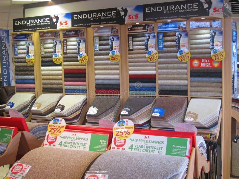 Muestras de alfombras en una tienda. imágenes de archivo libres de regalías