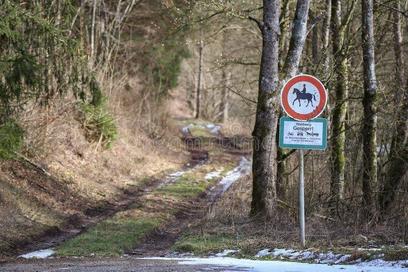 Muestras de camino Camino forestal cerrado a los vehículos y a los remolques de motor fotos de archivo