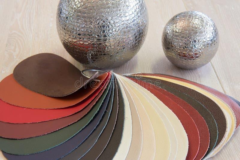 Muestras de cuero de la tapicería en varios colores imágenes de archivo libres de regalías