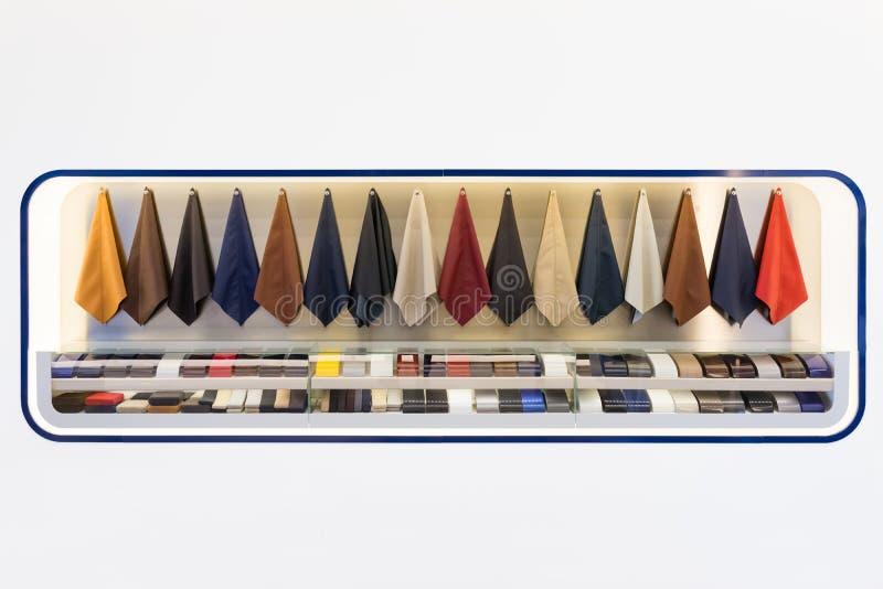 Muestras de cuero interiores del coche imagenes de archivo