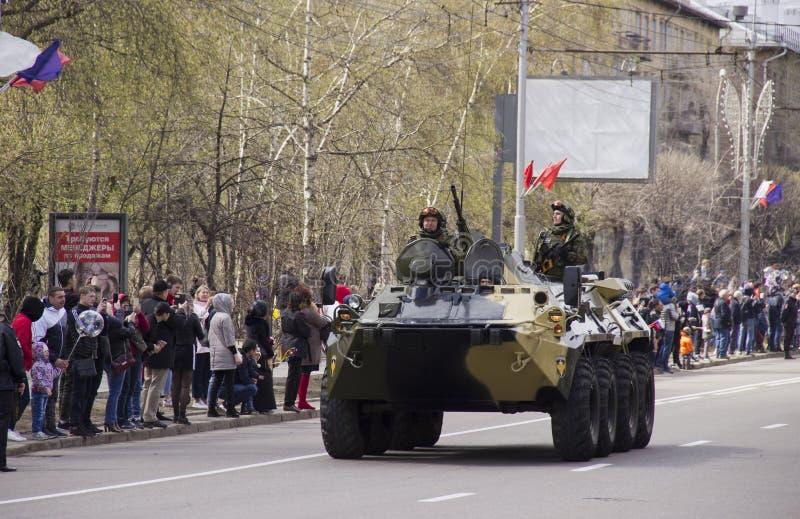Muestras de equipo militar en las calles fotos de archivo