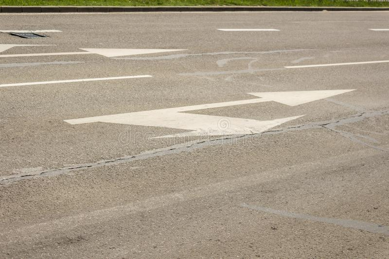 Muestras de la flecha como marcas de camino en una calle, flechas dobles foto de archivo