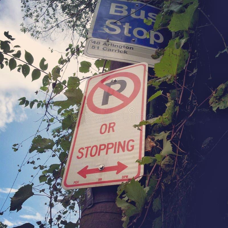 Muestras de la parada y del estacionamiento prohibido de autobús en la calle del este de carson en el PA de Pittsburgh imagen de archivo libre de regalías