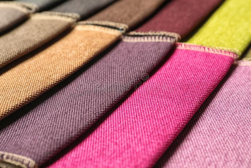 Muestras de la tela de diversos colores para el diseño interior imágenes de archivo libres de regalías