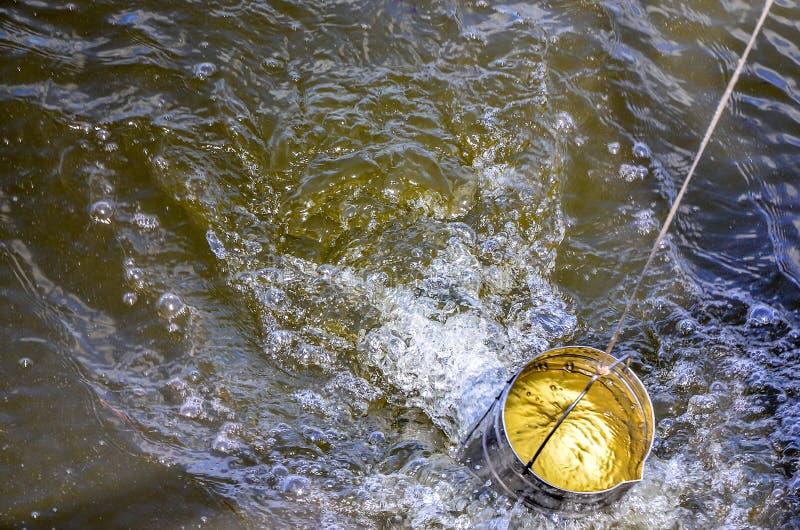 Muestras de la toma de agua para la prueba de laboratorio El concepto - análisis de la pureza del agua, ambiente, ecología foto de archivo