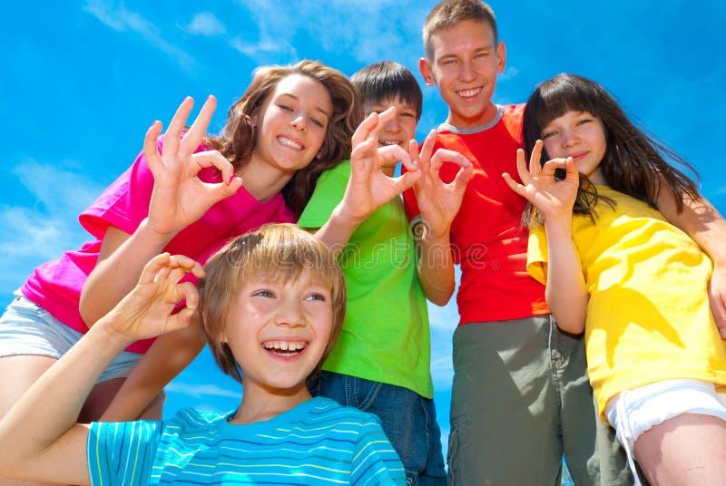 Muestras de los niños sonrientes OK fotos de archivo libres de regalías