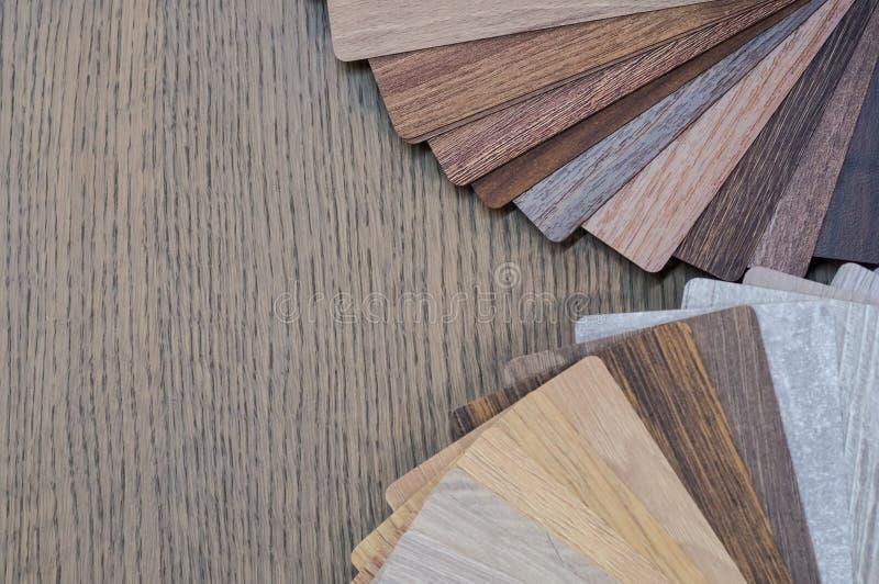 Muestras de madera para la lamina o los muebles del piso en el edificio casero o comercial Pequeños tableros de la muestra del co fotografía de archivo libre de regalías