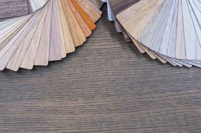 Muestras de madera para la lamina o los muebles del piso en el edificio casero o comercial Pequeños tableros de la muestra del co fotos de archivo libres de regalías