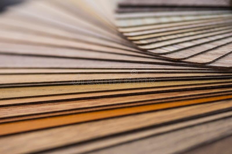 Muestras de madera para la lamina o los muebles del piso en el edificio casero o comercial Pequeños tableros de la muestra del co imágenes de archivo libres de regalías