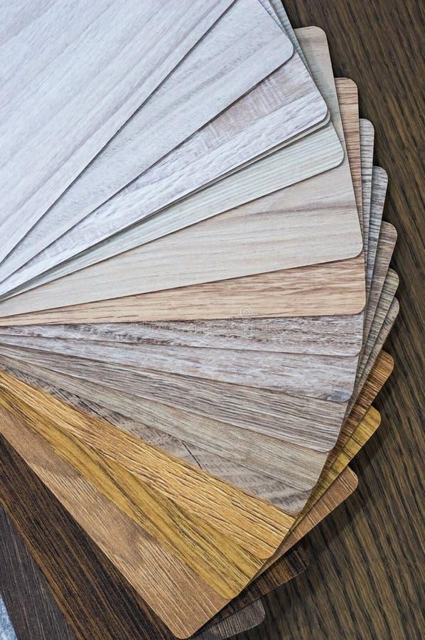 Muestras de madera para la lamina o los muebles del piso en el edificio casero o comercial Pequeños tableros de la muestra del co foto de archivo libre de regalías