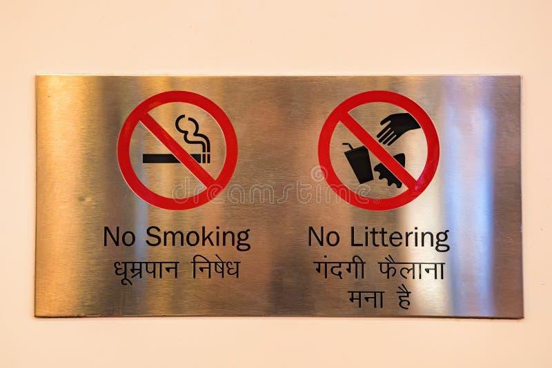 Muestras de no fumadores y ningunas que dejan en desorden en la placa de metal fotografía de archivo