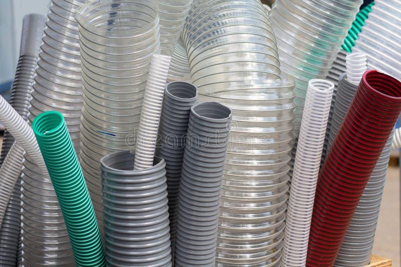 Muestras de protección flexible de tubos acanalados en instalaciones eléctricas en la tienda fotografía de archivo