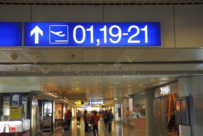 Muestras del aeropuerto con números de la puerta al embarque imagenes de archivo