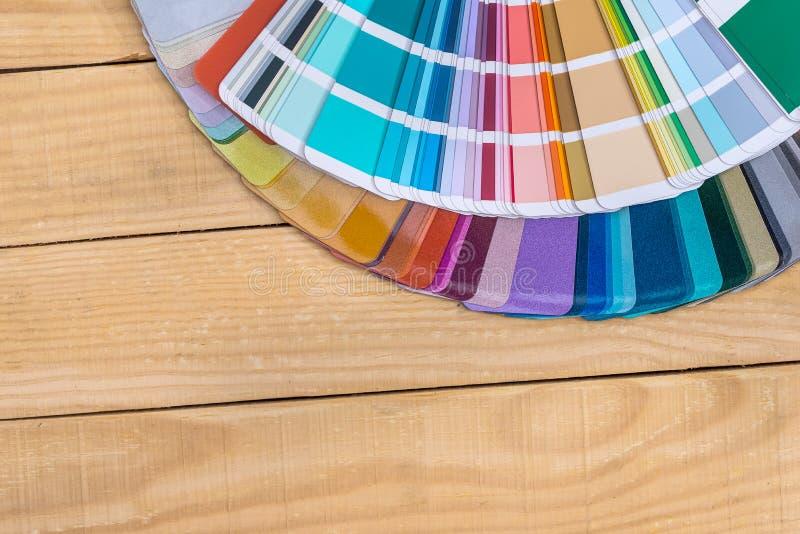 Muestras del color en fan en fondo de madera foto de archivo
