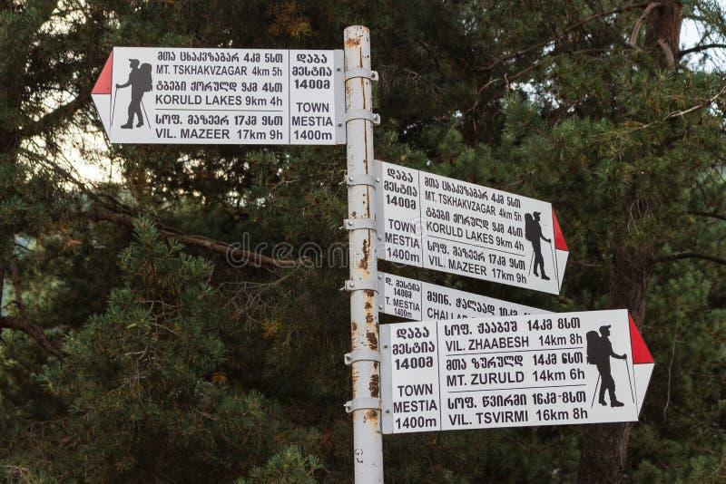 Muestras en pistas de senderismo en las montañas imagen de archivo libre de regalías