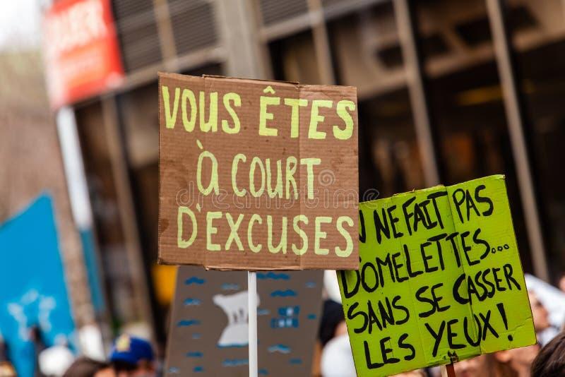 Muestras francesas vistas en la protesta ecológica fotos de archivo