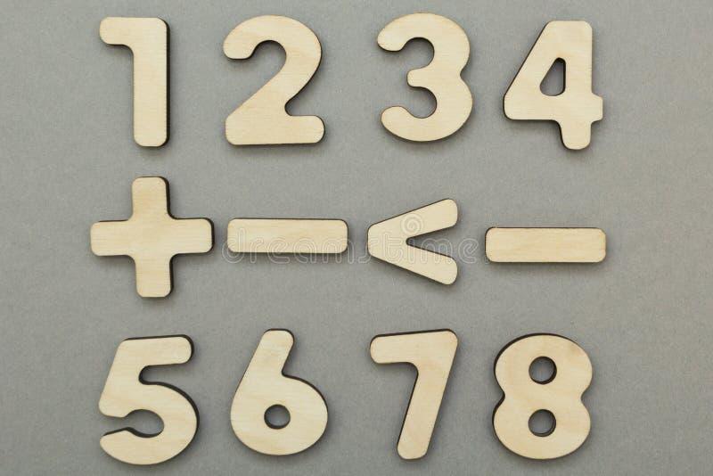 Muestras matemáticas y figuras en un fondo gris fotos de archivo