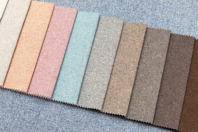 Muestras multicoloras de tela de tapicería para los sofás y el primer de las sillas foto de archivo libre de regalías