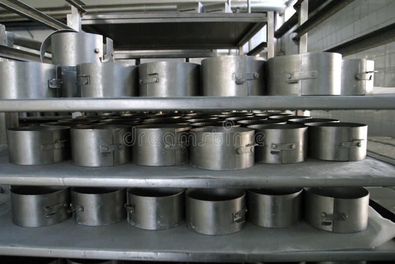 Muffe del formaggio nella fabbrica moderna della latteria fotografia stock libera da diritti