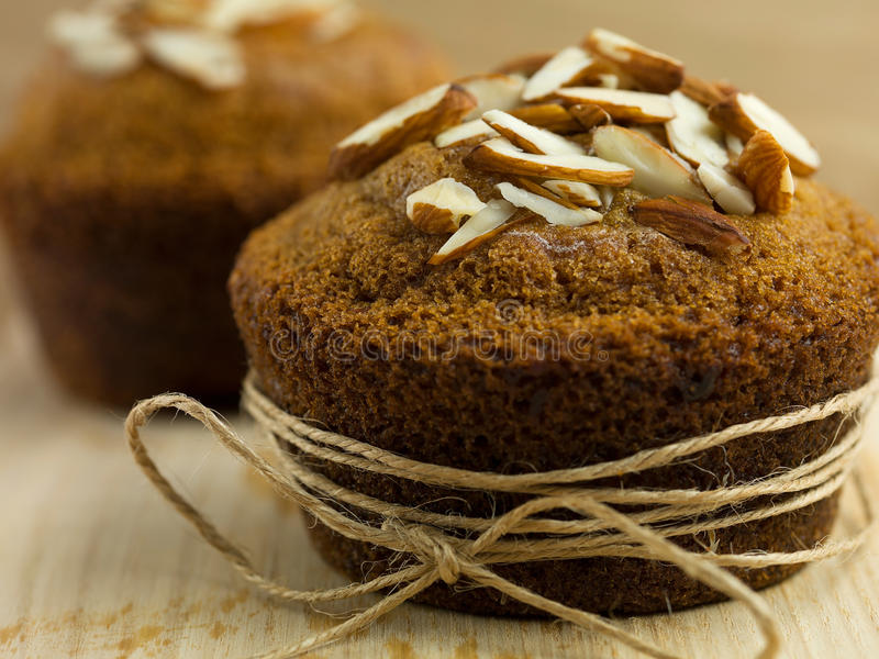 Muffin αμυγδάλων που τυλίγεται επάνω ως δώρο στοκ φωτογραφίες