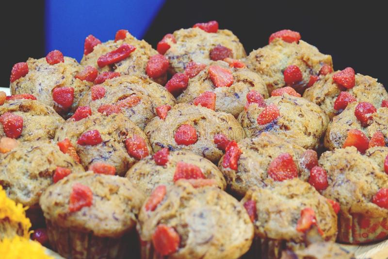 Muffin μπανανών ή κάλυμμα κέικ φλυτζανιών μπανανών με τα φρούτα στοκ φωτογραφίες