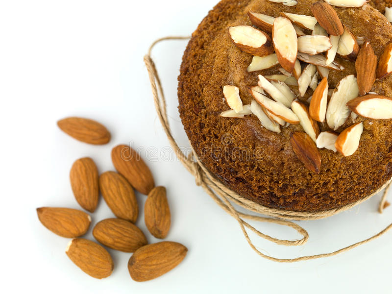 Muffin προγευμάτων που διακοσμείται με τις νιφάδες αμυγδάλων στοκ εικόνα με δικαίωμα ελεύθερης χρήσης
