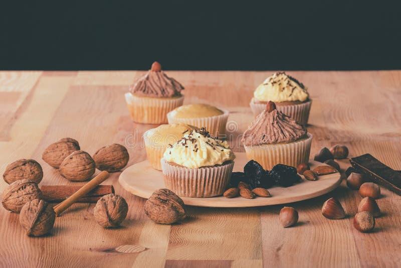 Muffin σοκολάτας cupcake με τα ξύλα καρυδιάς, τα φουντούκια και τα αμύγδαλα στοκ εικόνα