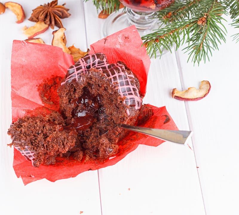 Muffin σοκολάτας σε έναν ξύλινο πίνακα στοκ εικόνες