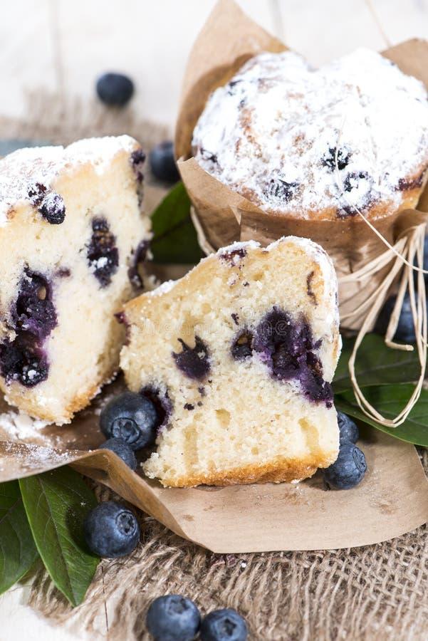 Muffin ai mirtilli diviso in due fotografie stock