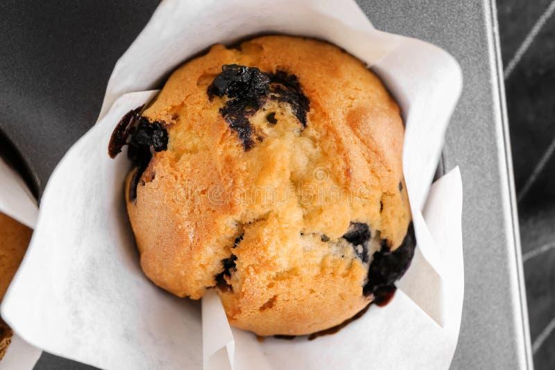 Muffin ai mirtilli saporito in teglia, primo piano fotografia stock libera da diritti