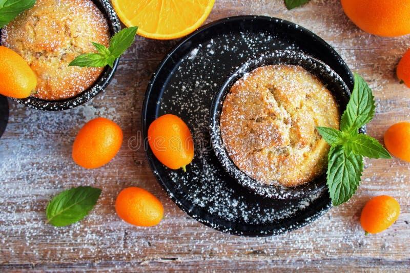 Muffin arancio casalinghi deliziosi, bigné immagine stock