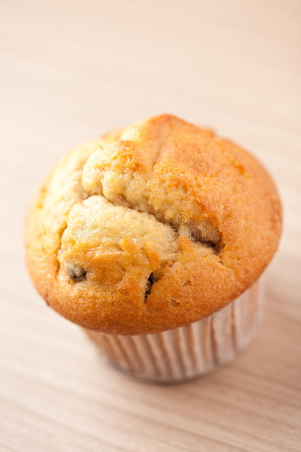 Muffin auf hölzerner Tabelle stockfoto