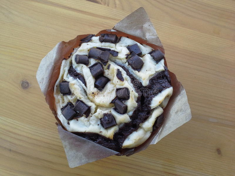 Muffin auf Holztisch lizenzfreie stockfotos