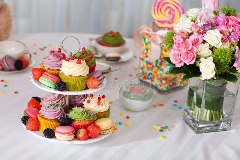 Muffin, blommor och godis royaltyfri foto