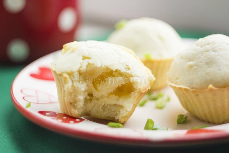 Muffin casalinghi con il formaggio del sale immagine stock
