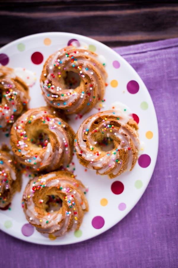 Muffin casalinghi con la spruzzatura dello zucchero fotografia stock libera da diritti