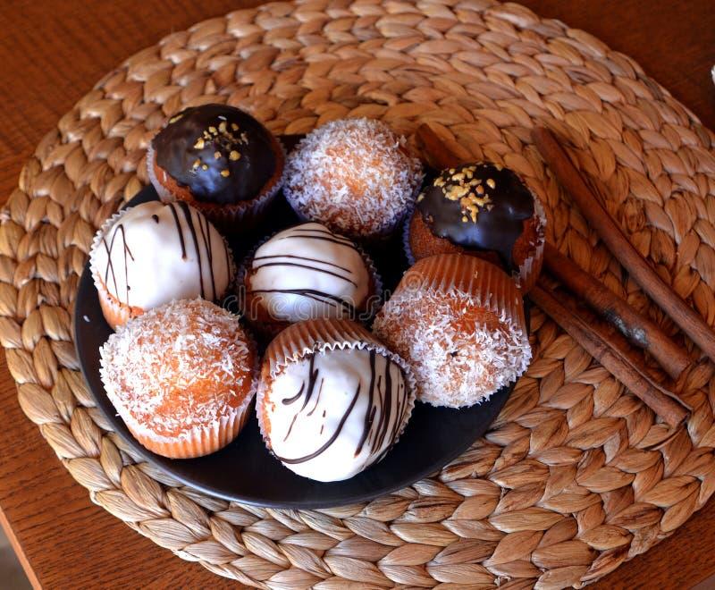 Muffin casalinghi freschi della vaniglia con cioccolato ed il cocco grattugiato fotografia stock