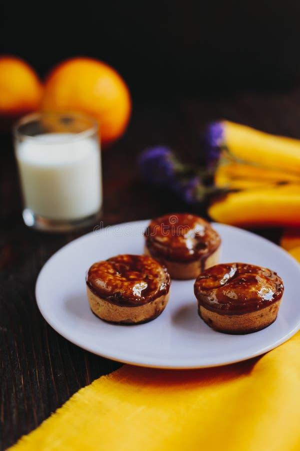 Muffin casalinghi ricoperti di cioccolato casalinghi fotografie stock