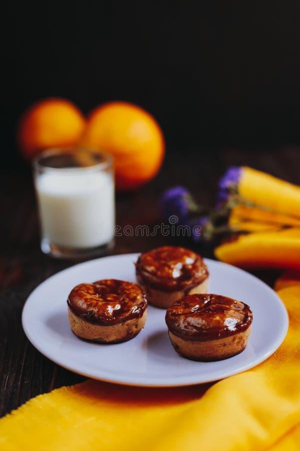 Muffin casalinghi ricoperti di cioccolato casalinghi fotografia stock libera da diritti