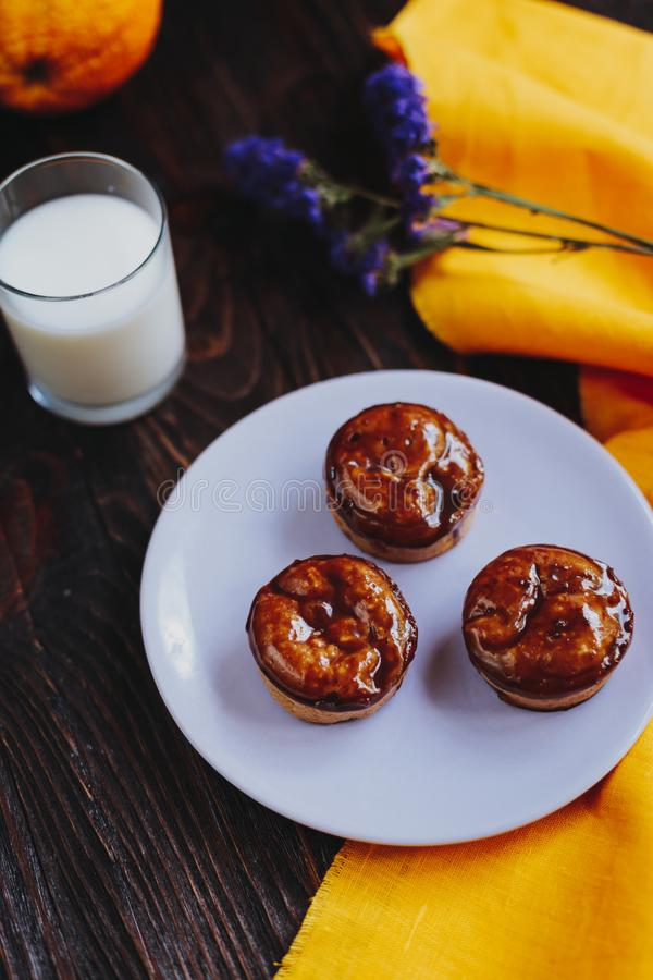 Muffin casalinghi ricoperti di cioccolato casalinghi immagine stock
