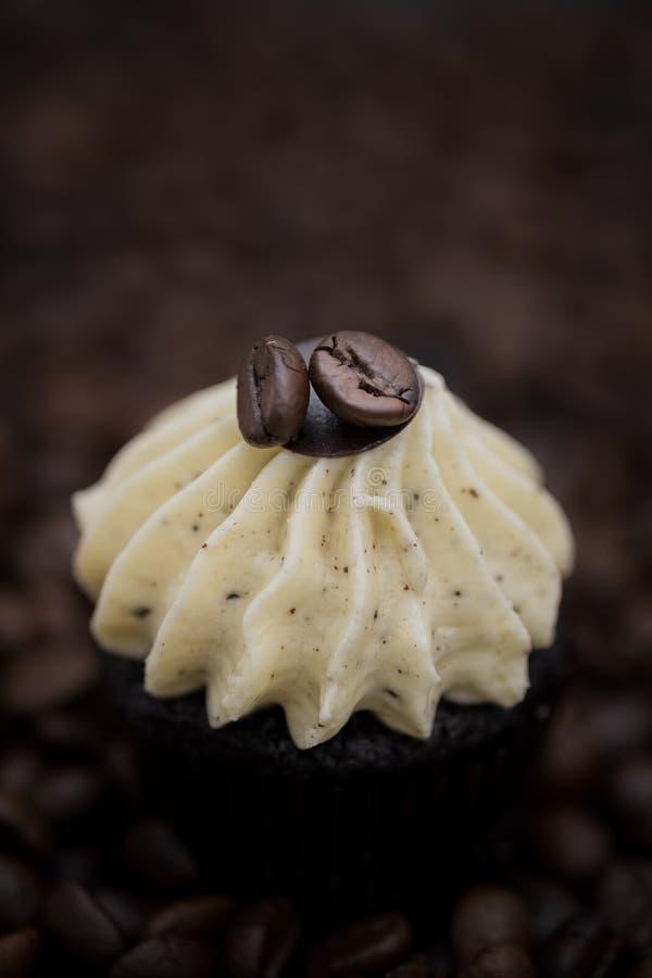 Muffin casalingo dei bigné saporiti con buttercream crema per il compleanno, il biglietto di S. Valentino e la festa di natale immagini stock