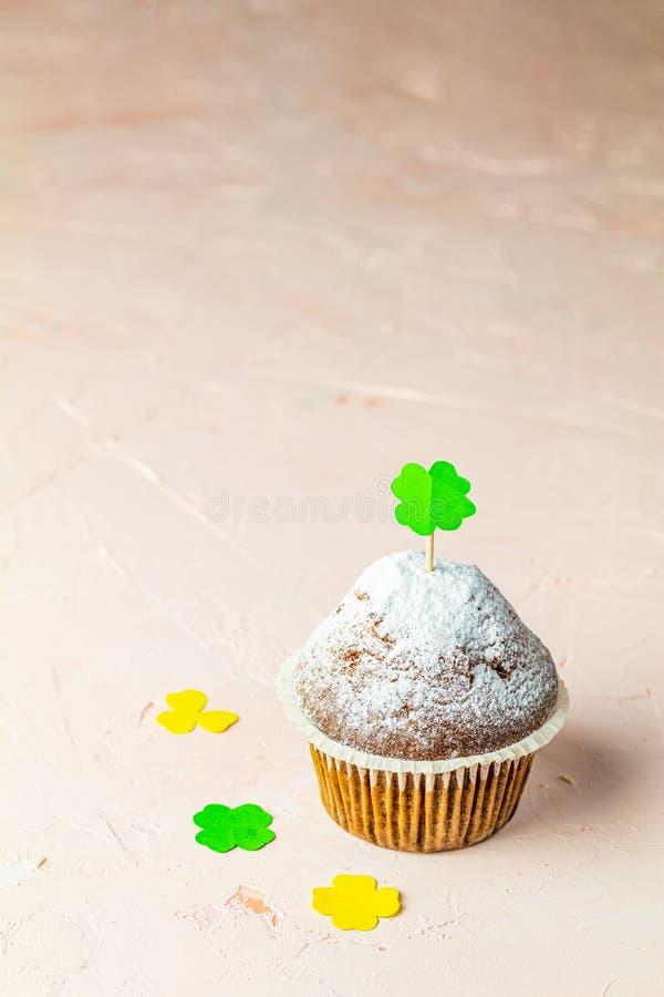 Muffin casalingo delizioso saporito sulla superficie di calcestruzzo della pietra di corallo vivente rosa-chiaro immagine stock
