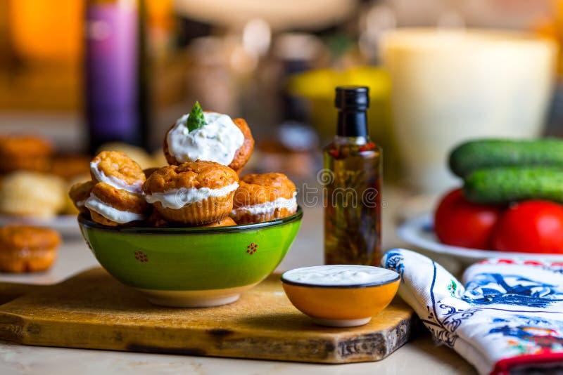 Muffin con il tzatziki che riempie in una ciotola verde immagine stock libera da diritti