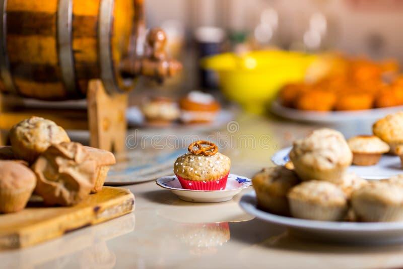 Muffin con la ciambellina salata sulla cima fotografia stock libera da diritti