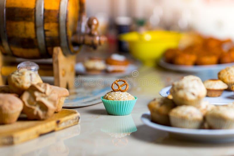 Muffin con la ciambellina salata sulla cima in un ciano bigné immagini stock
