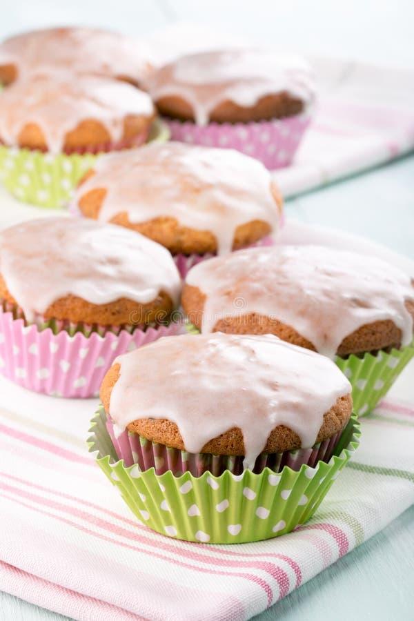 Muffin con la glassa dello zucchero immagine stock libera da diritti