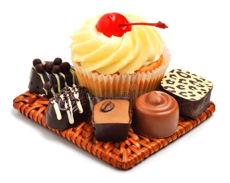 Muffin cremoso con i dolci del cioccolato, caramelle isolate fotografia stock libera da diritti