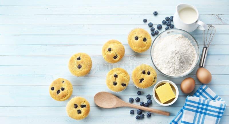 Muffin de blueberry que cozem a bandeira foto de stock