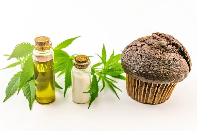 Muffin de bolinho de Cannabis com CBD Cristais isolam óleo CBD e folhas de cânhamo isoladas foto de stock royalty free